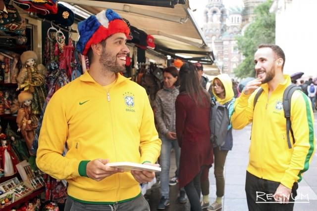 Бразильцы примеряют русские шапки