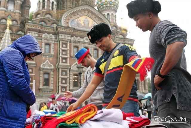 Болельщики из разных стран покупаю сувениры