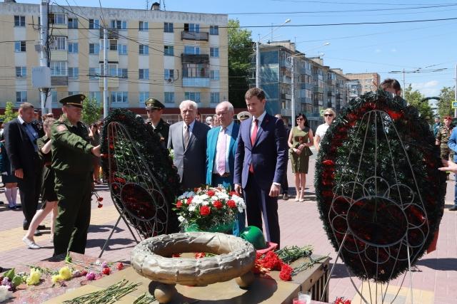 В Калуге торжественно возложили цветы к Могиле Неизвестного Солдата