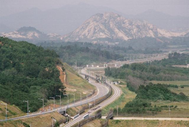 Железная дорога между КНДР и Южной Кореей в в демилитаризованной зоне