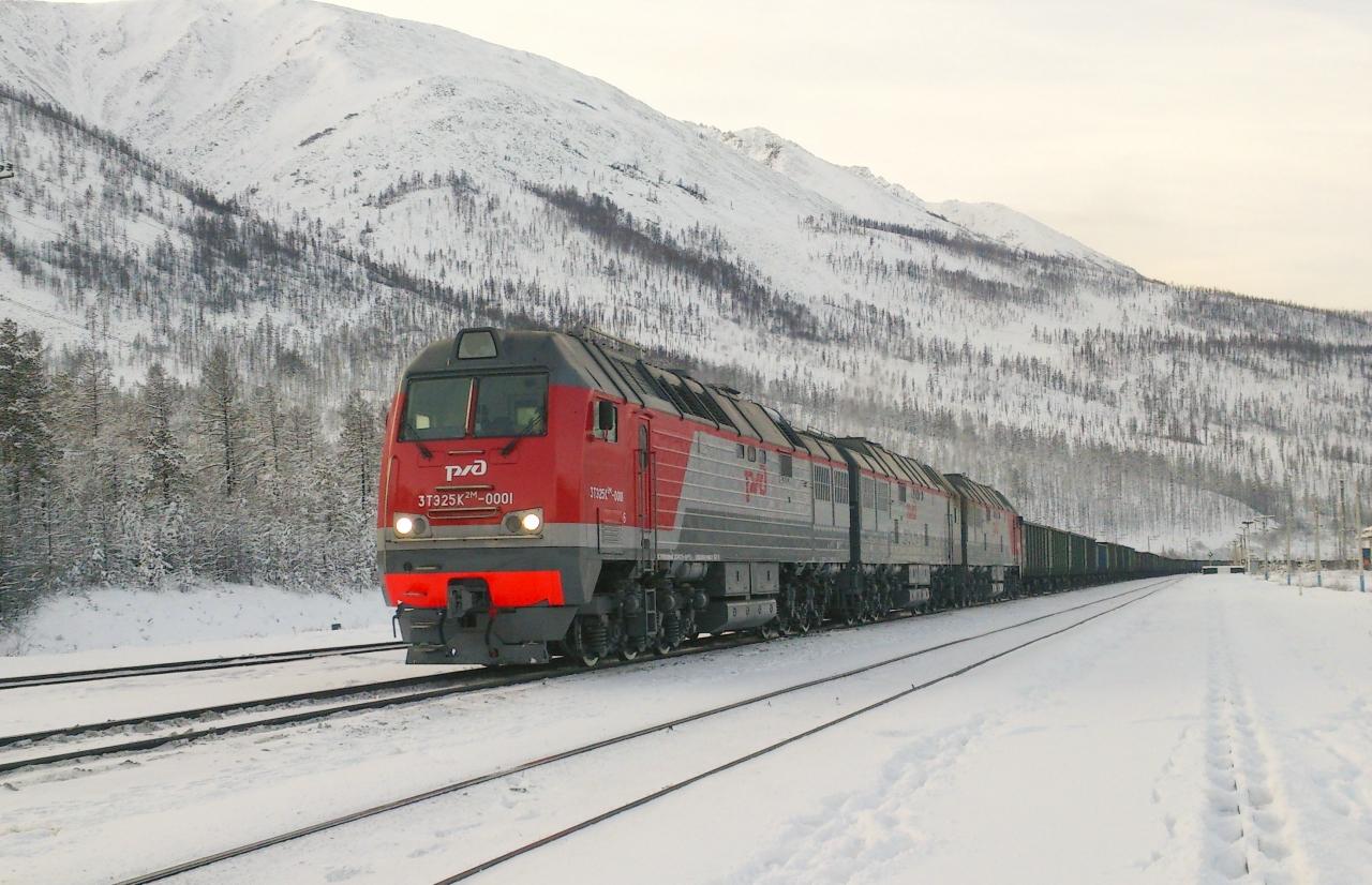 Тепловоз 3ТЭ25К2М с грузовым поездом на БАМе