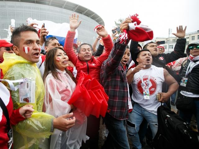 Перуанские болельщики на стадионе Сочи скандируют «Россия!»