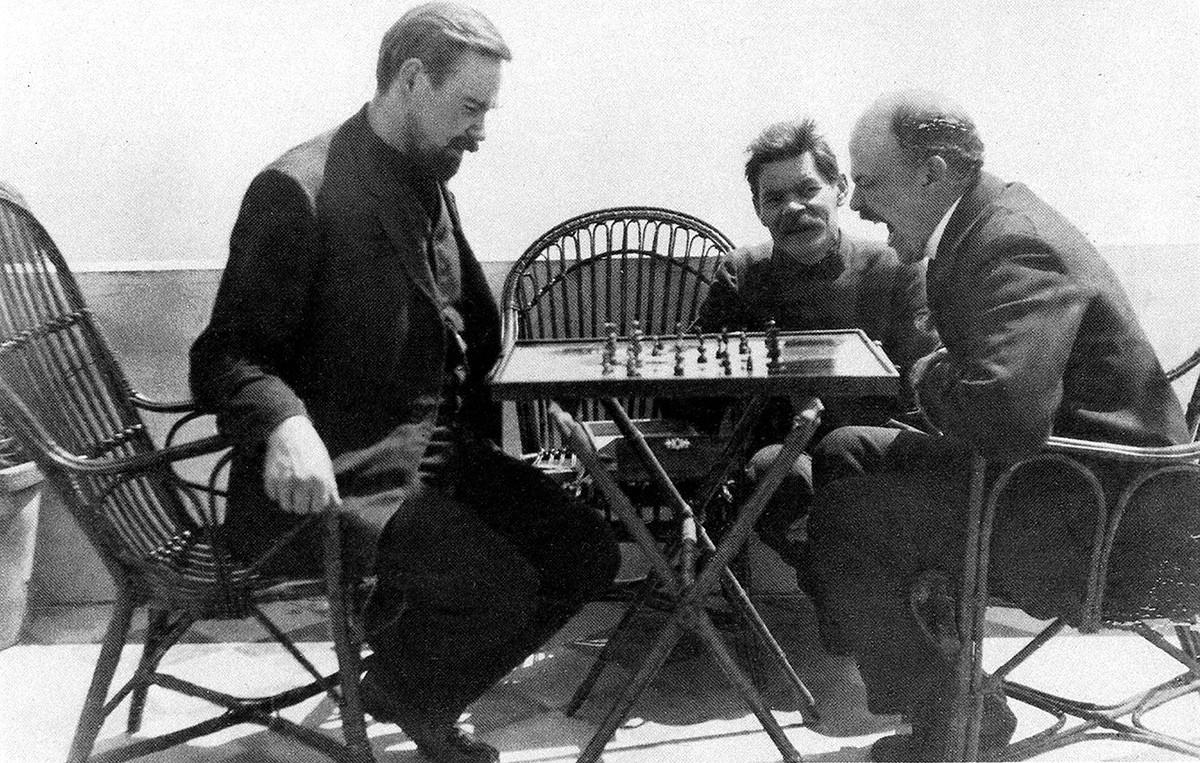 Ленин играет в шахматы с Богдановым в гостях у Максима Горького