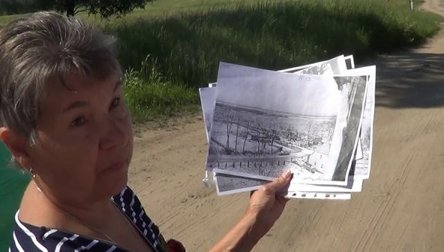 Валентина Цепелева показывает снимки наводнения в Ушаково