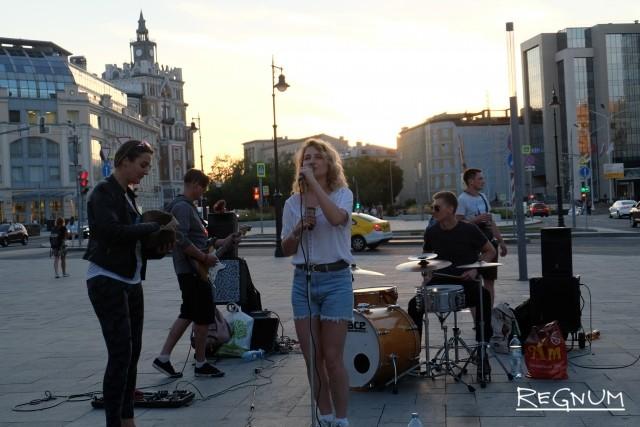 Музыкальное шоу у метро Чистые пруды в Москве