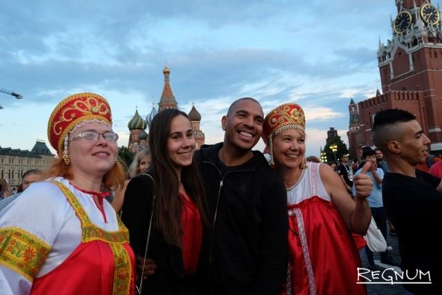 Россияне фотографируются с известными футболистами