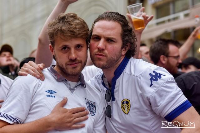 Английские болельщики на Никольской улице