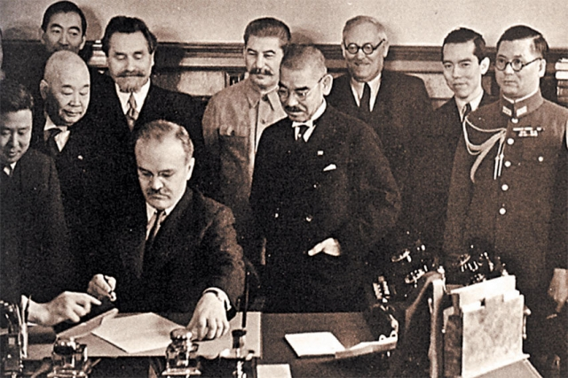 Подписание пакта о нейтралитете с Японией. 13 апреля 1941. За столом Вячеслав Молотов