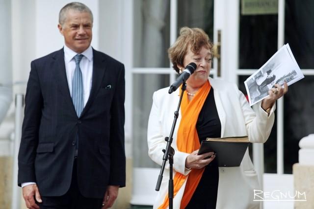 Замглавы «Газпрома» Александр Медведев и директор ГМЗ «Петергоф» Елена Кальницкая