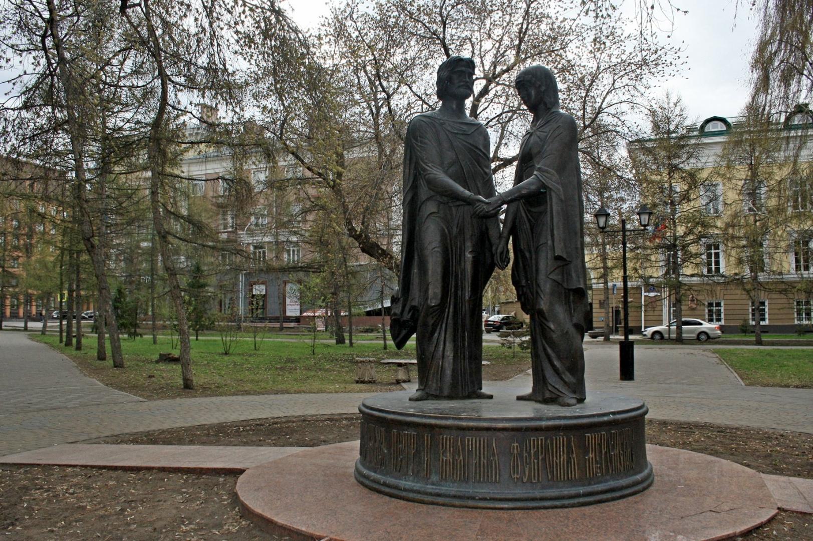 Памятник Петру и Февронии. Омск