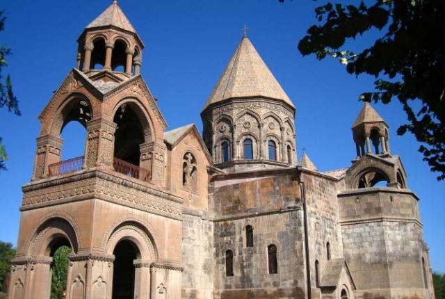 В Армении не утихают страсти по креслу Католикоса