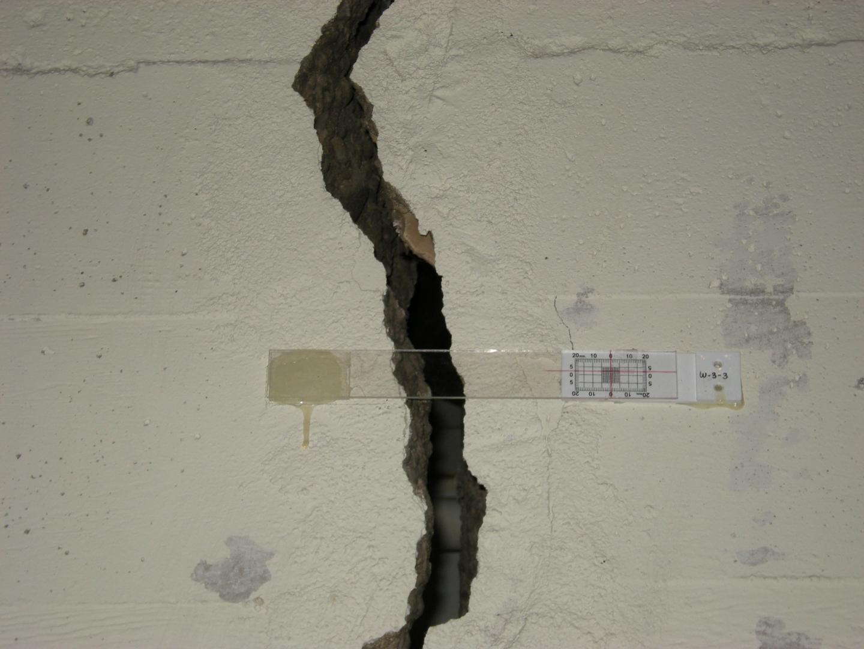 щель в стене
