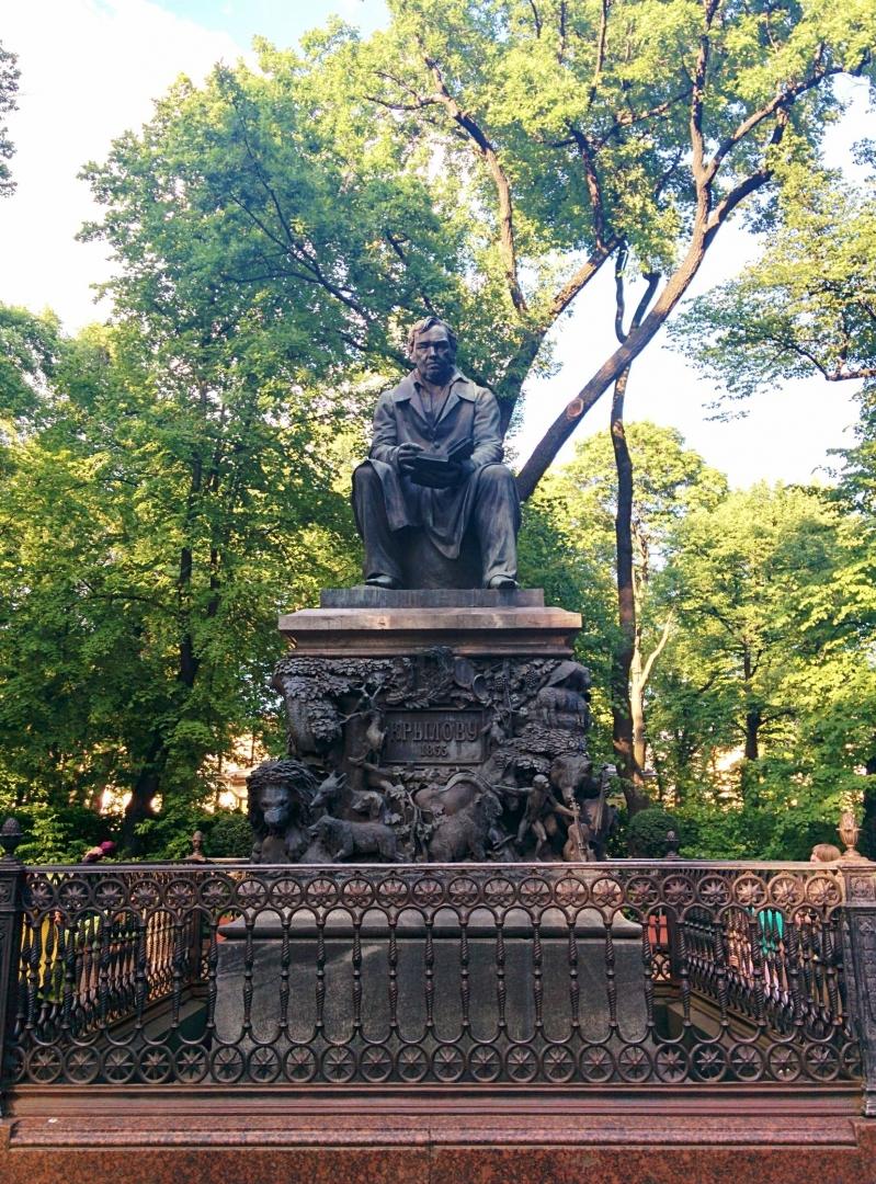 Памятник  Ивану Крылову в Летнем саду. Санкт-Петербург. Россия