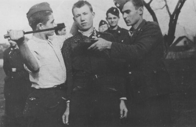 Хорватские усташи убивают серба