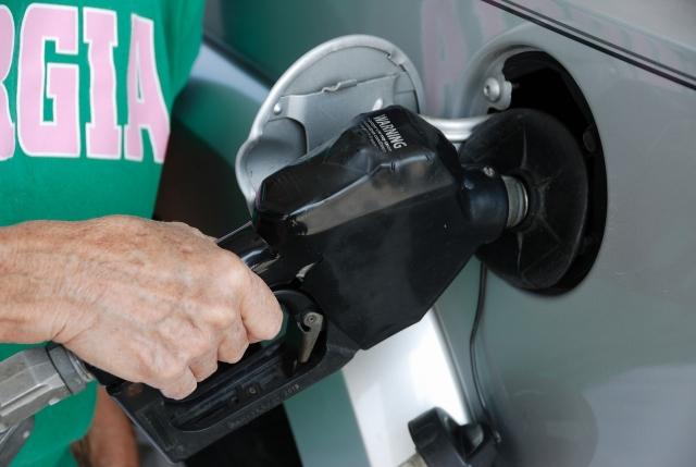 Проблемой недолива топлива на АЗС займется Росстандарт
