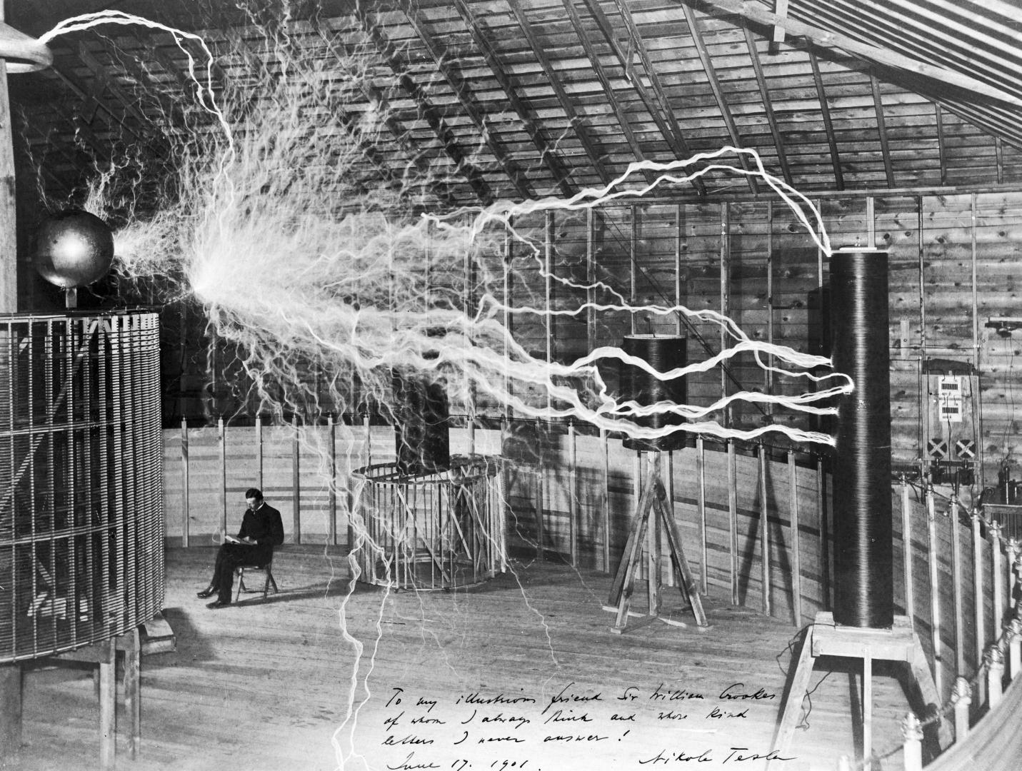 Никола Тесла в лаборатории в Колорадо-Спрингс. Начало 1900-х годов (фотография получена путём двойной экспозиции)