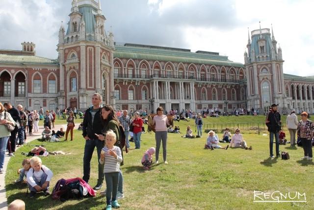 Зрители в музее-заповеднике  Царицыно