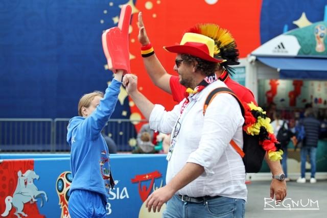Бельгийские фанаты и волонтер ЧМ