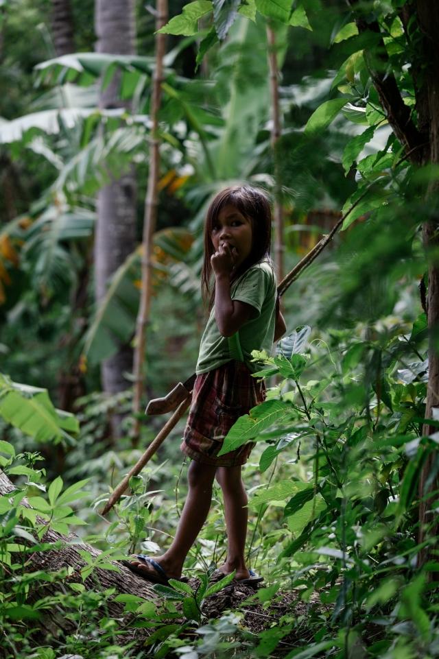 Девочка на сборе прутьев для дома