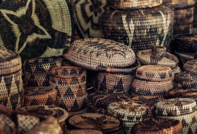В торговой лавке в Пуэрто-Галере легко найти товары, сделанные мангианами