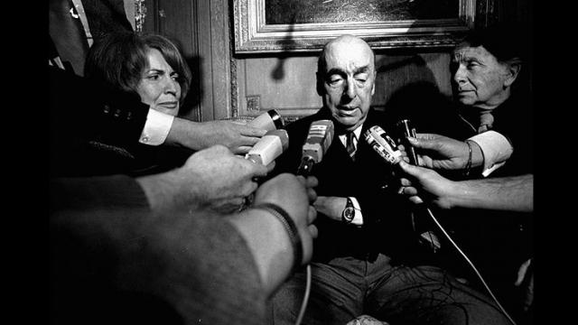Журналисты берут интервью у Пабло Неруды