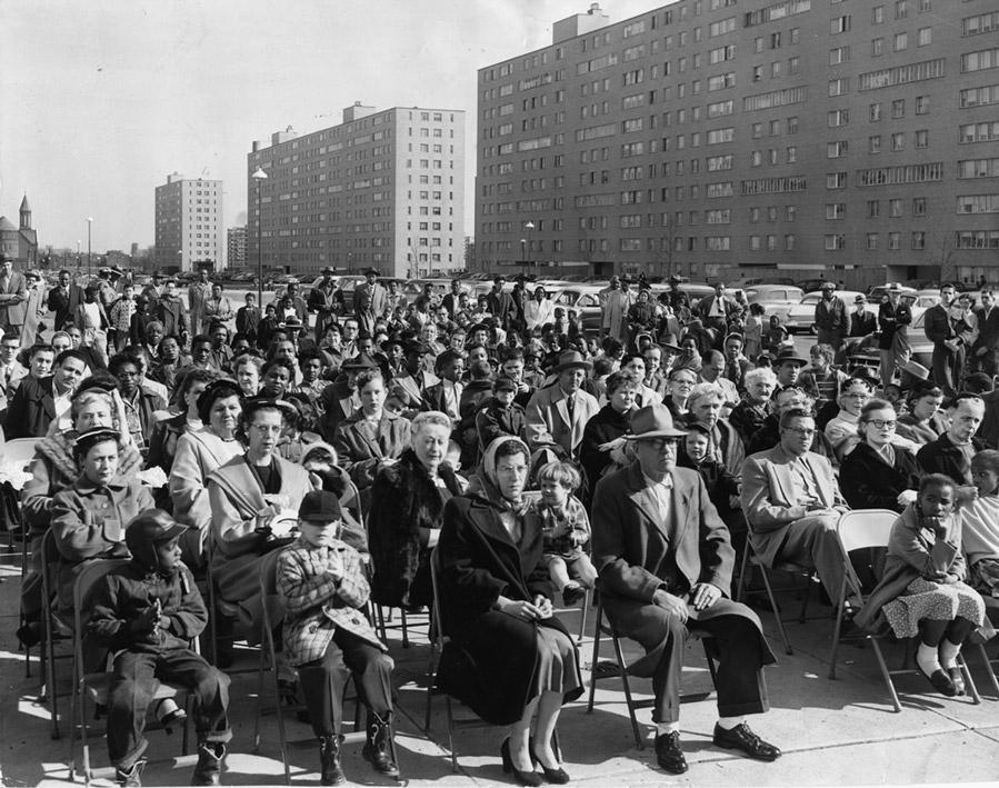 Фото с открытия ЖК, обратите внимание на количество белых арендаторов.