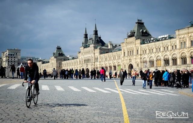 Футболка Марадоны, бутсы Пеле на выставке в ГУМе Москвы
