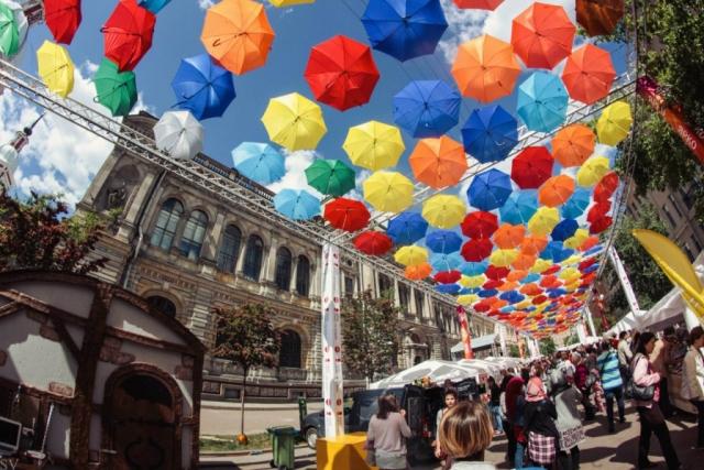 «Аллея парящих зонтиков» в Соляном переулке в Санкт-Петербурге