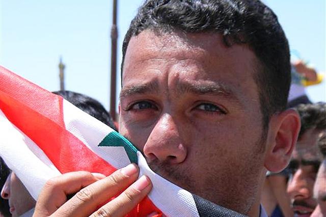 Сирийская армия подняла флаг на площади, где начались протесты в 2011 году