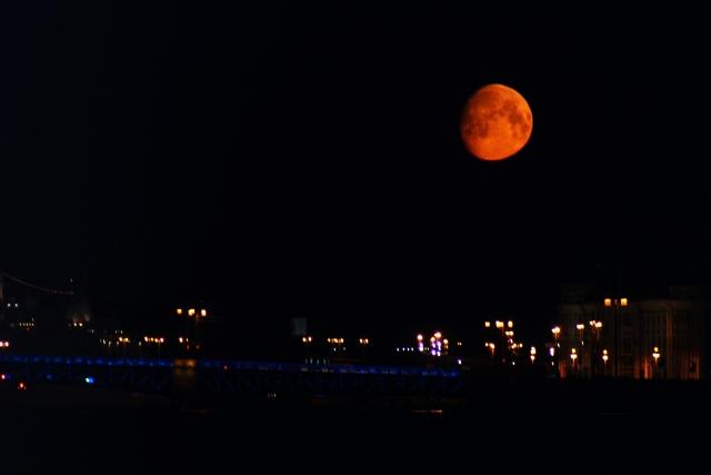 Красная луна над городом