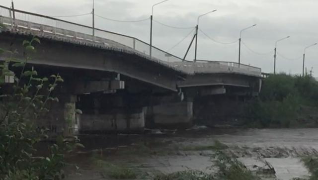 В тонущей Чите может рухнуть большой автомобильный мост