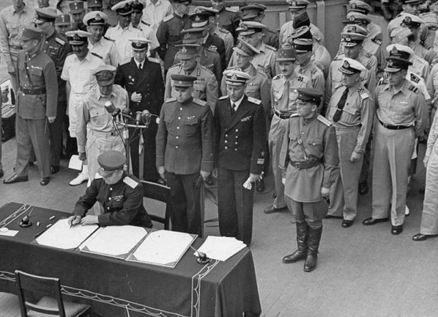 От имени СССР генерал-лейтенант Кузьма Деревянко подписывает акт о капитуляции Японии на борту линкора «Миссури», 2 сентября 1945 года