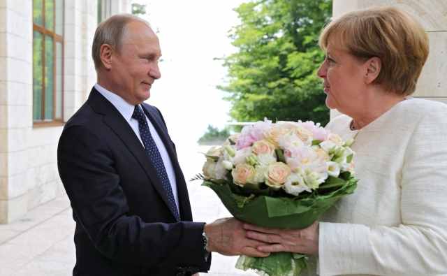 Владимир Путин Дарит цыеты Ангеле Меркель