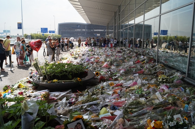 Цветы в аэропорту Амстердама жертвам катастрофы MH17