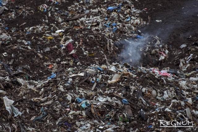 В Тобольске третий день горит мусорный полигон