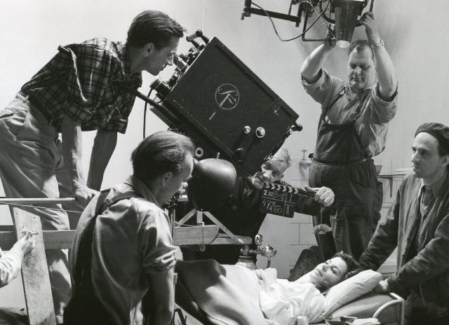 На съемках «Женского ожидания», справа Ингмар Бергман