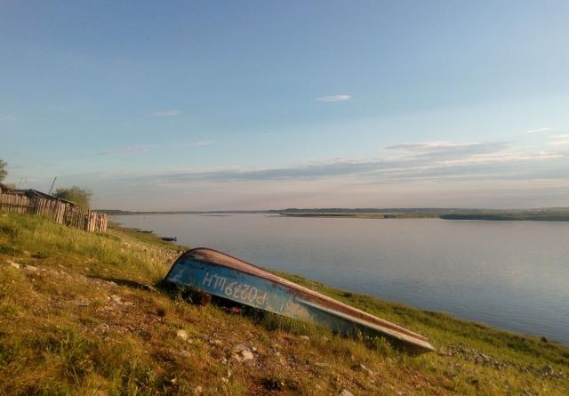 Лодка, река и конец дня. Ижма