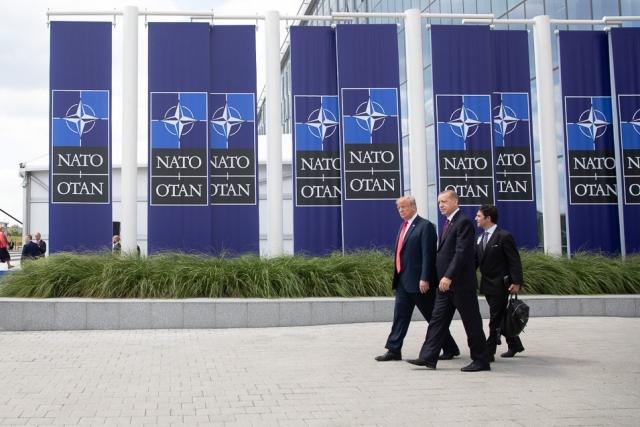 Трамп и Эрдоган идут рядом. Саммит стран блока НАТО. 11.07.2018
