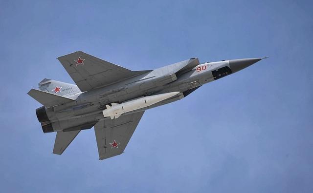 Взлет МиГ-31К с гиперзвуковой ракетой «Кинжал», закреплённой в нижней точке подвески на корпусе истребителя-перехватчика