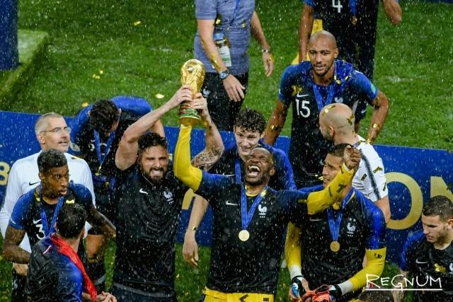 Сборная Франции празднует победу