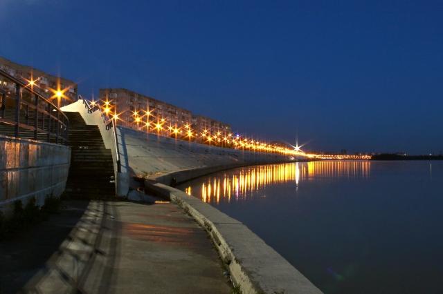 Иртышская набережная ночью. Омск
