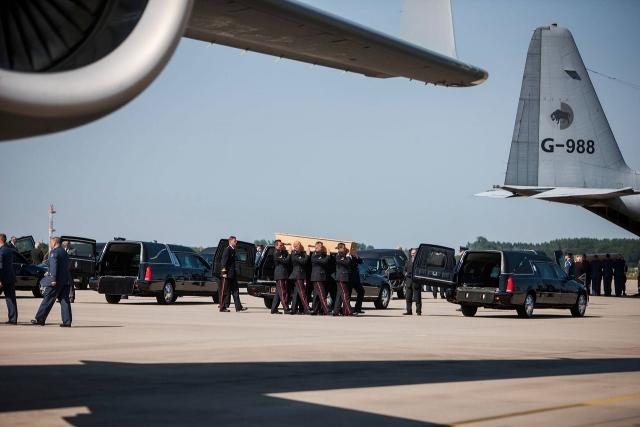 Первое прибытие тел погибших в аэропорт Эйндховена. Нидерланды