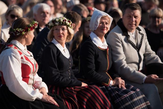 Инара Мурниеце в национальном костюме