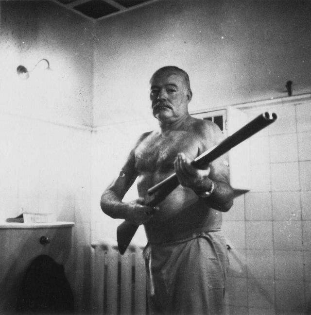 Эрнест Хемингуэй с ружьем. Куба