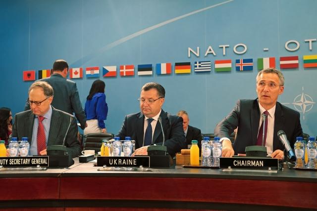 Министр обороны Украины Степан Полторак на заседании Комиссии НАТО-Украина на уровне министров обороны. Брюссель, 14-15 июня 2016 года