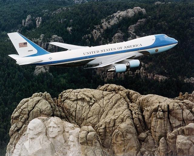 Британские СМИ сравнили самолеты президентов России и США