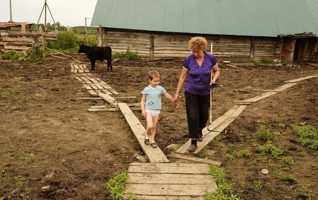 Семья переселенцев обитает в одном из соседних оставленных домов, ведет дела садово-огородные, помогает отцу Рафаилу по хозяйству и в уходе за живностью. Коровы, овцы, козы, гуси — все требуют немало забот