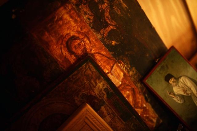 В доме отца Рафаила иконы повсюду