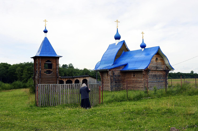 Домовая церковь с колоколенкой, сзади — большой дровяной склад