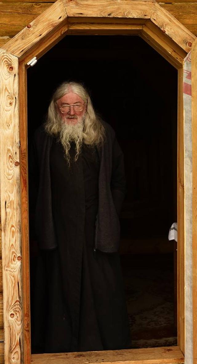 В дверях домовой церкви